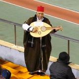民族楽器を弾きながら唄うおじさん
