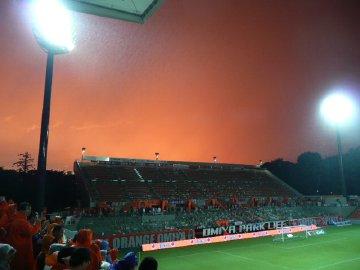 オレンジ色に染まったホーム側ゴール裏側の空