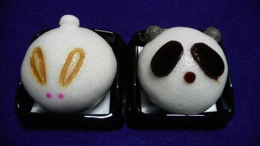 岡埜栄泉・うさぎとパンダ